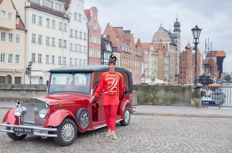 Stadsturer med en retrobil i Gdansk