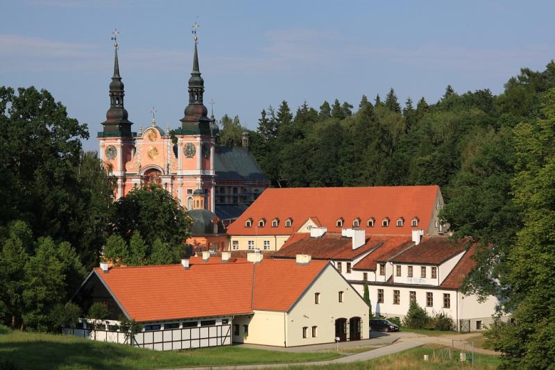 Vy över kyrkan i Swieta Lipka. Bussresor till Polen – Hit The Road Travel