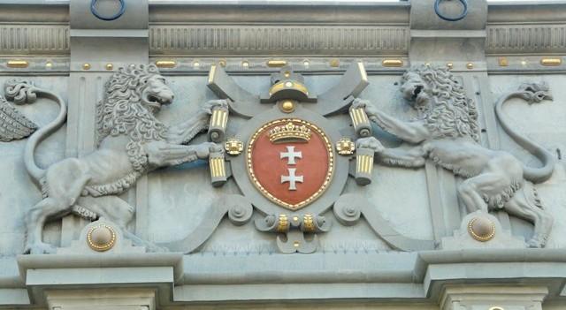 Stadsvapen på Höglandsportens västra fasad, Gdansk. Militärhistoriska resor till Polen – Hit The Road Travel