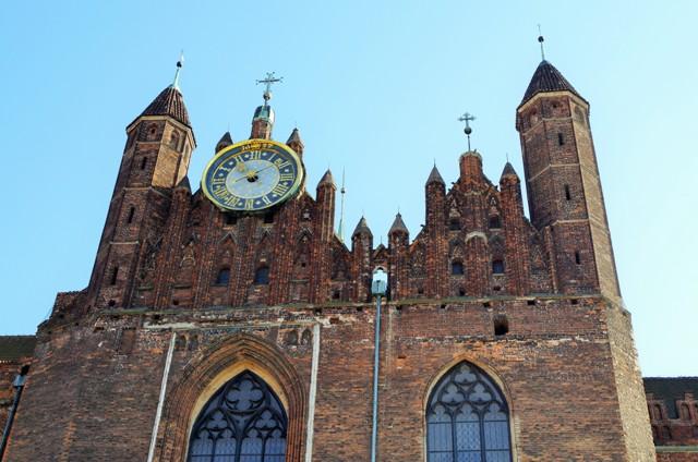 Gdansk - sk. Fördamningsvallsuret på Mariakyrkans norra fasad. Resa med veteranspårvagn – Hit The Road Travel