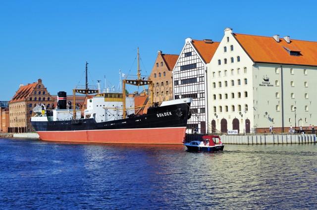 Museifraktbåt s/s Soldek och spannmålsmagasin på Olowiankaö (Blyö), Gdansk. Resa till Sopot, Gdansk och Gdynia – Hit The Road Travel
