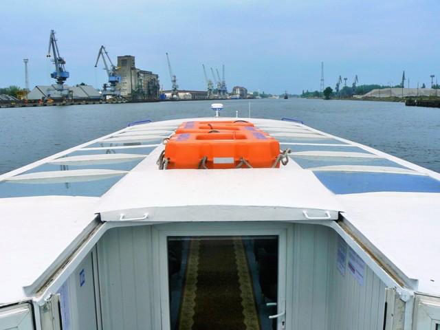 En pendelbåt på väg mot Westerplatte på floden Martwa Wisla (Döda Wisla). Resa till Sopot, Gdansk och Gdynia – Hit The Road Travel