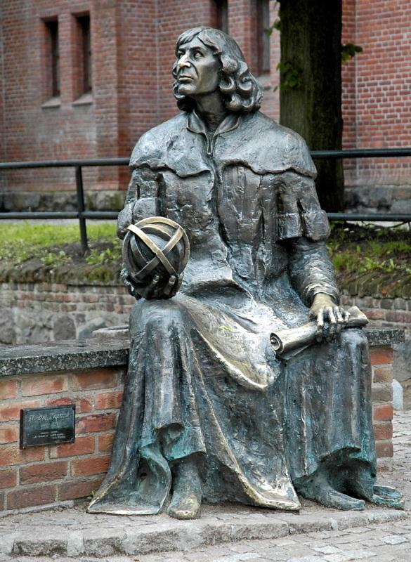 Statyn över Copernicus i Olsztyn. Paketresor till Polen – Hit The Road Travel