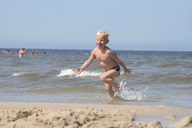 Barn på stranden. Polenresa – Hit The Road Travel