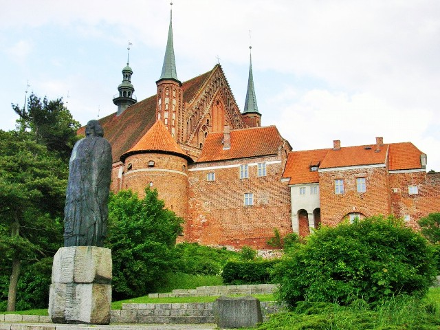 Statyn över Copernicus vid Domkyrkohöjden i Frombork. Paketresor till Polen – Hit The Road Travel