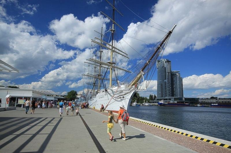 Gdynia, fullriggaren Dar Pomorza och skyskrapan Sea Tower. Resa till Sopot, Gdansk och Gdynia – Hit The Road Travel