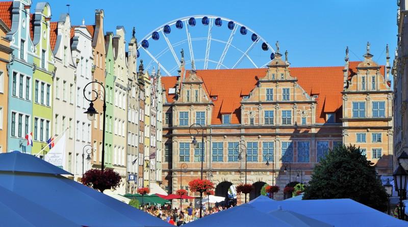 Långa Torget i Gdansk, en vy mot Gröna Porten. Paketresor till Polen – Hit The Road Travel