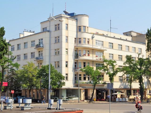 Modernistisk byggnad i Gdynia vid Kosciuszkitorget. Stadsvandring i Gdynia, guidad tur i Gdynia – Hit The Road Travel