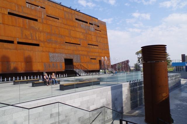 Europeiska Solidaritets Centrum - fasad och fontäner