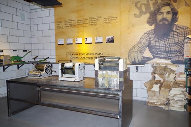 Europeiska Solidaritets Centrum - del av utställningen kallad Kriget mot samhället. Historiska resor till Gdansk – Hit The Road Travel