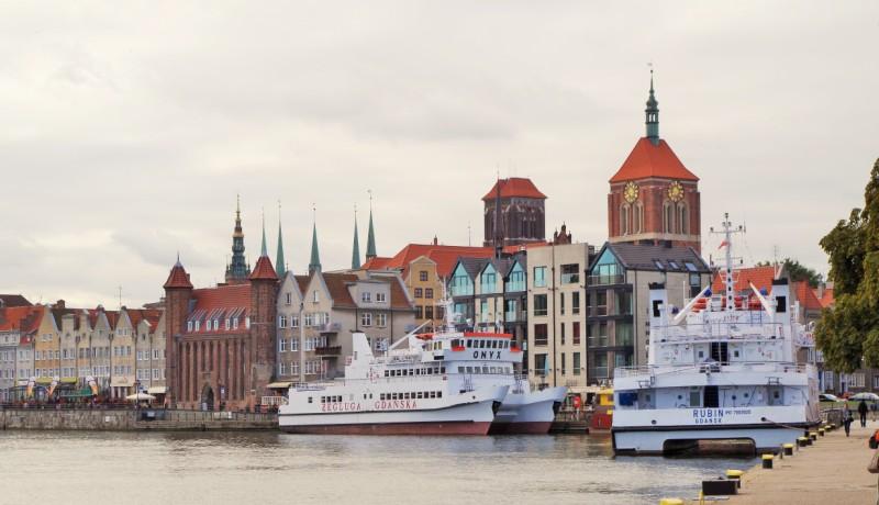 Gdansk, utsikt över Centrala Staden från Gamla Hamnen. Historiska resor till Gdansk – Hit The Road Travel