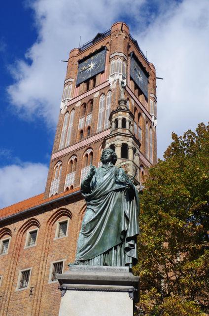 Torun - Rådhuset och statyn över Copernicus