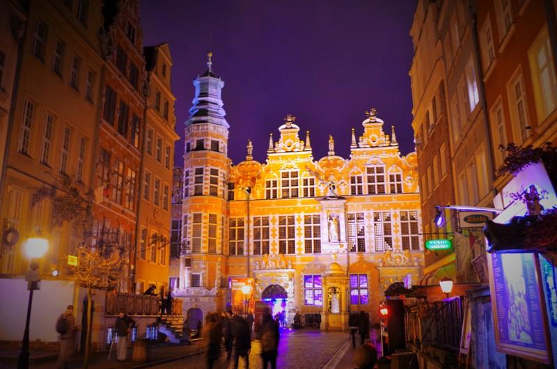Stora Arsenalen och gatuliv på Piwnagatan en sommarkväll. Militärhistoriska resor till Polen – Hit The Road Travel