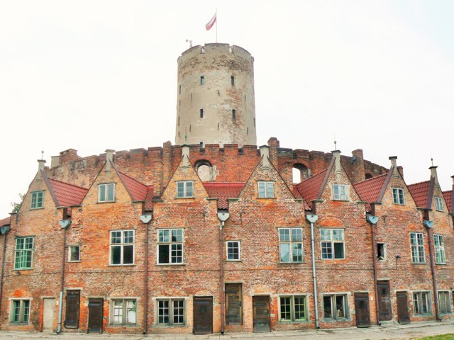 Officerarnas bostäder och kärntornet, befästningen Wisloujscie. Militärhistoriska resor till Polen – Hit The Road Travel