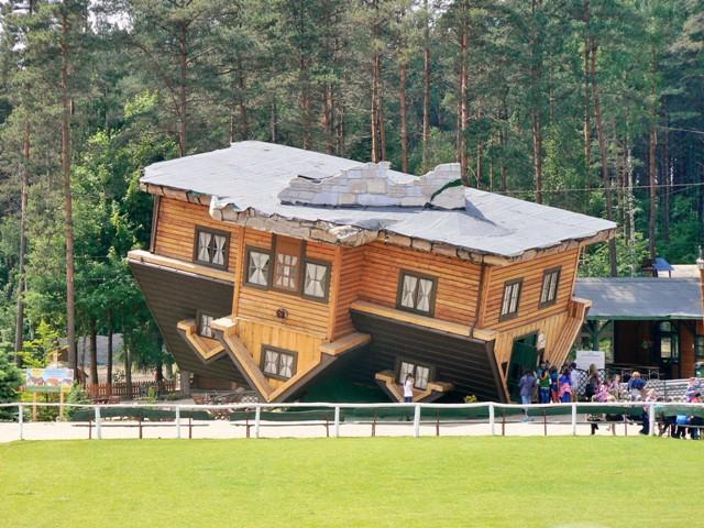 """""""Upp-och-nedvänt"""" hus i Szymbark. Cykelresor till Polen – Hit The Road Travel"""