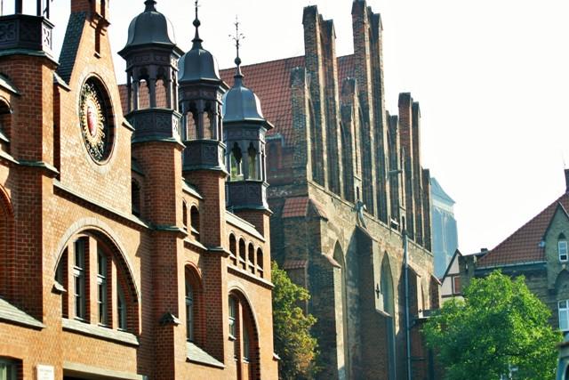 Saluhallen och S:t Nikolai Kyrka i Gdansk. Bussresor till Polen – Hit The Road Travel