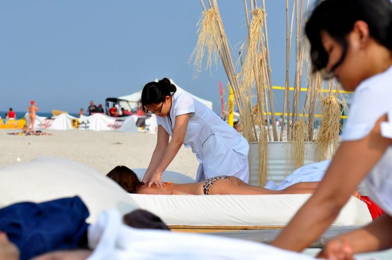 Balinesisk massage på stranden. Aktivitetsresor till Polen, träningsresor till Polen – Hit The Road Travel