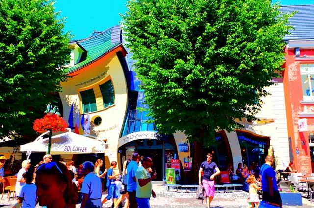 Gågatan Monte Cassino vid Krokiga Huset i Sopot. Resa till Gdansk – Hit The Road Travel