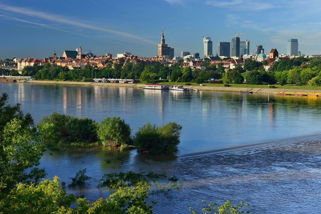 Warszawa sett från floden. Resa till Warszawa – Hit The Road Travel